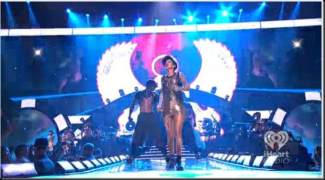 """Rihanna performing ""Cockiness"" at iHeartRadio festival"": Mega ritual de culto a Horus Image_thumb47"