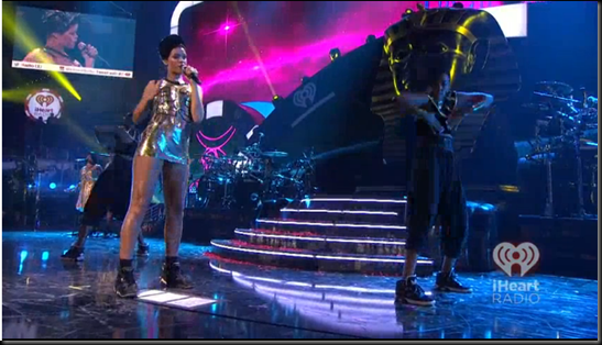 """Rihanna performing ""Cockiness"" at iHeartRadio festival"": Mega ritual de culto a Horus Image_thumb51"